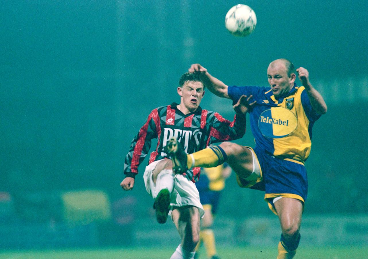 Theo Bos ('Theo pak 'm terug') namens Vitesse in duel met John Stegeman van Helmond Sport. Archieffoto ter illustratie.