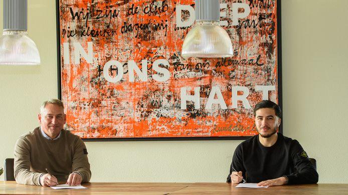 Joël Beukhof (r) en technisch manager Gert Heerkes zetten de handtekening onder de samenwerking voor komend seizoen.