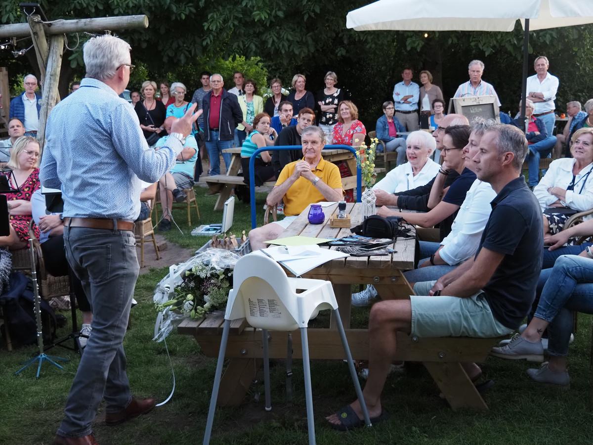 Donderdagavond 22 juli heeft het verenigingsleven van Bavel correspondent Henny van den Broek (gele polo) van Weekblad Nieuw-Ginneken in het zonnetje gezet, omdat hij jarenlang verslag deed van dorpsactiviteiten.