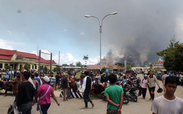 Een demonstratie in Wamena in de provincie Papoea in Indonesië. Duizenden mensen betoogden en stichtten brand uit protest tegen het optreden tegen Papoeaanse studenten in Oost-Java, die betoogden voor zelfbeschikking voor Papoea.  Beeld EPA