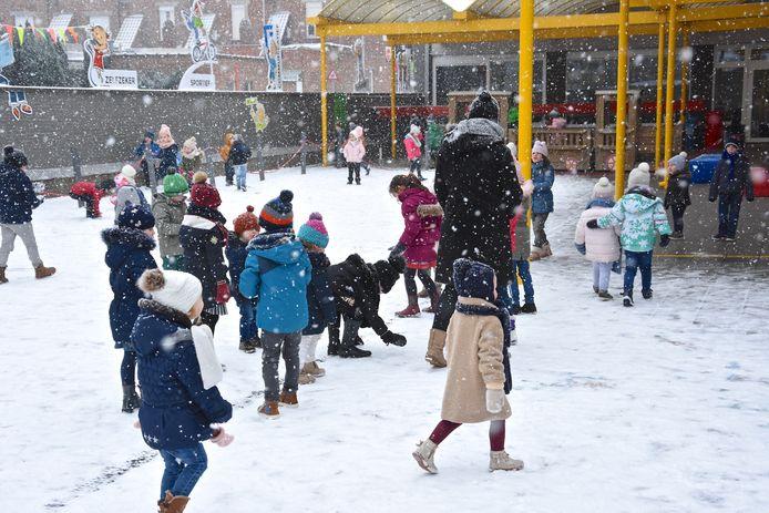 De kleuters van VBS Binnenhof in betere tijden in de sneeuw twee jaar geleden