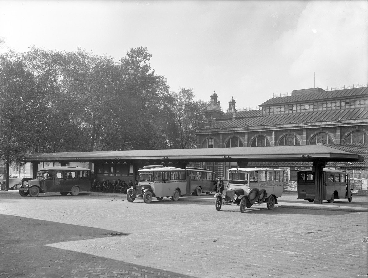 Busstation op het Vreeburg in 1924