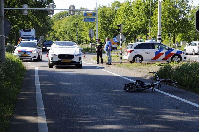 Een fietser werd geschept door een auto op de N35.