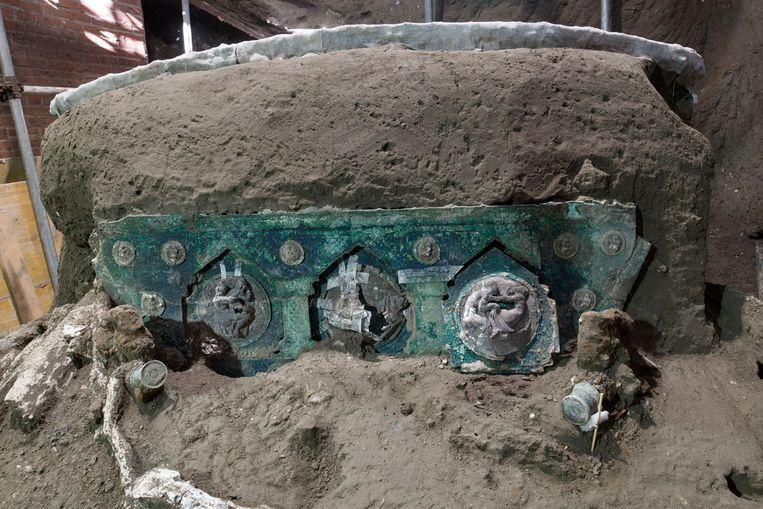 De wagen van tin, ijzer en brons is met zijn vier wielen en twee zitjes nog bijna intact. Beeld AFP