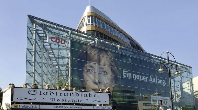 Een gigantische Merkel-poster op het CDU-hoofdkwartier tijdens de eerste kiescampagne van de CDU-topvrouw in 2005. Beeld AFP