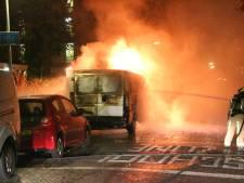 Busje vermoedelijk opzettelijk in brand gestoken aan Fluitenbergstraat