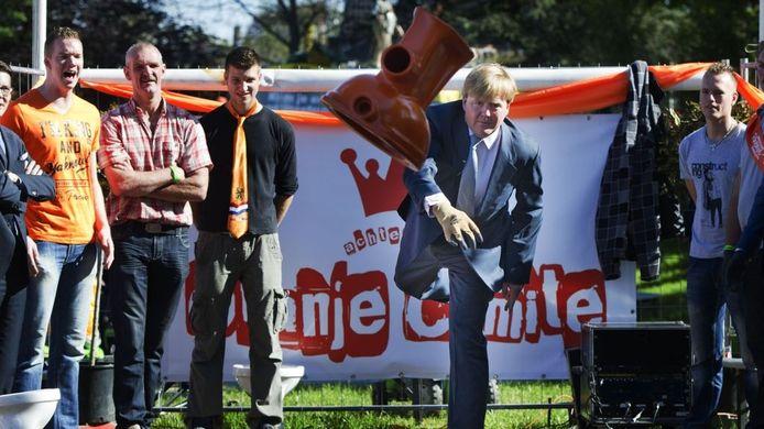 Willem-Alexander vestigt een record bij het wc-potten gooien. Foto: ANP