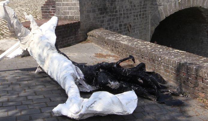 De Boom van Goed en Kwaad van kunstenaar Randell werd vernield tijdens kunstroute Wal-Art in Hulst. Het kunstwerk was in het water bij de Nieuwe Bierkaai gegooid.