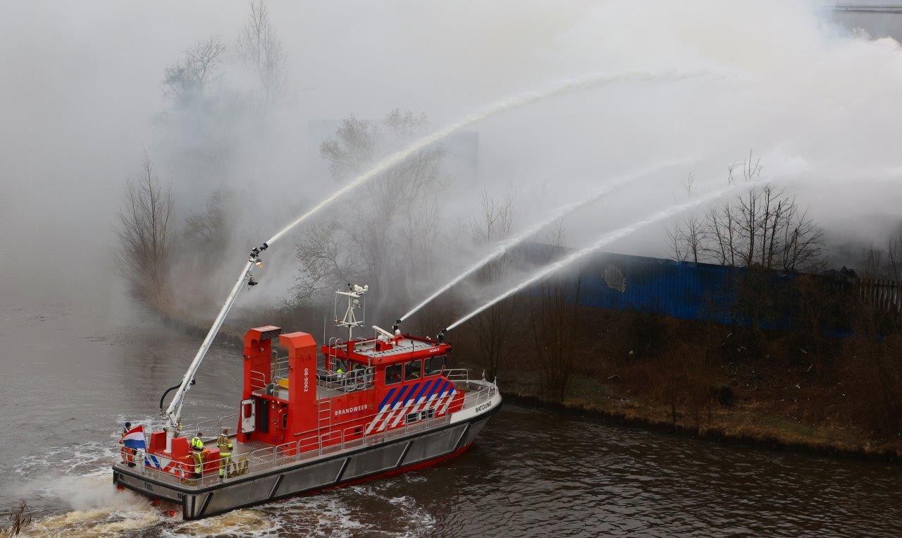 De blusboot uit Tiel van de brandweer Gelderland-Zuid in actie bij brand bij AVI in Den Bosch in maart 2021.
