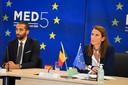Staatssecretaris voor Asiel en Migratie Sammy Mahdi (CD&V) en minister van Buitenlandse Zaken Sophie Wilmès (MR) tijdens een ontmoeting met de Griekse minister van Asiel en Migratie Notis Mitarachi.