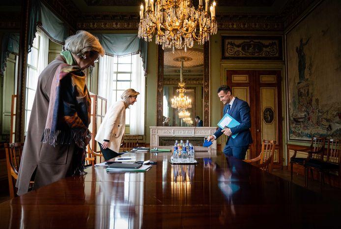 Farid Azarkan (DENK) wordt in de Tweede Kamer ontvangen door verkenners Annemarie Jorritsma (links) en Kajsa Ollongren.