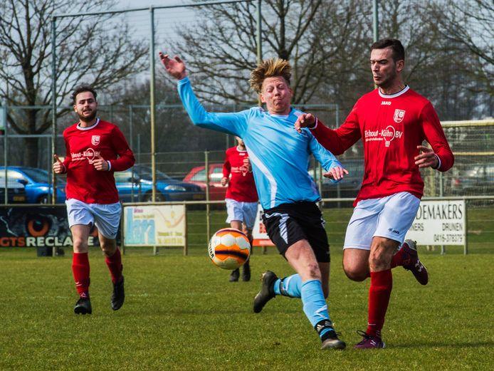 Drunen ; FC Drunen; SVG; amateurvoetbal; voetbal; sport; duel; Nr 7 rechts in rood Eren Mert in actie