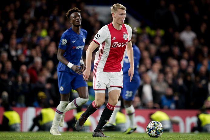 Perr Schuurs in actie tegen Chelsea. Begint hij woensdag tegen Lille in de basis?