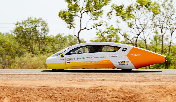 Dinsdag en woensdag moet het team een etappe van 1200 kilometer rijden, puur op de kracht van de zon.