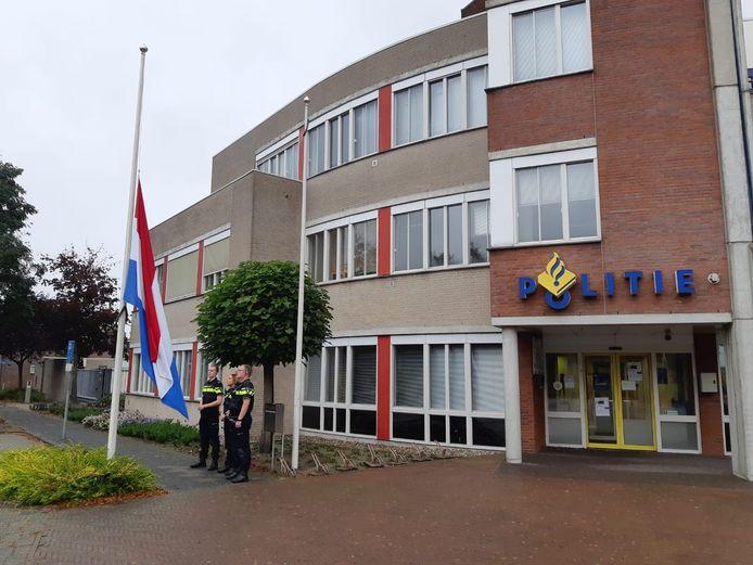 De vlaggen bij het politiebureau in Hardenberg hangen halfstok.