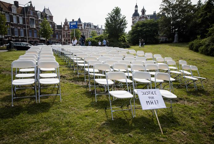 Nabestaanden van slachtoffers van de crash met vlucht MH17 houden een stil protest voor de ambassade van Rusland. De groep zet 298 lege stoelen neer voor de ambassade. Bij de crash kwamen alle 298 inzittenden om, onder wie 196 Nederlanders.
