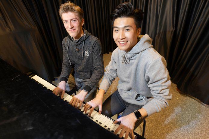 Timo Kregting (links) en Ivan Xu, twee scholieren van het Nijmeegse Dominicus College, kregen de Van Melsenprijs voor hun experimentele muziekonderzoek.