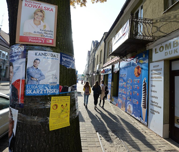 Verkiezingsposters in Pultusk, Polen.  Beeld AP