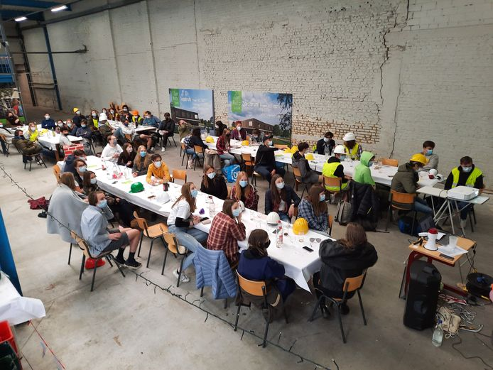 De laatstejaars leerlingen van het Spes Nostra in Kuurne hebben vandaag hun 50-dagen uitbundig gevierd. Iets minder uitbundig als coronavrije jaren, maar toch…
