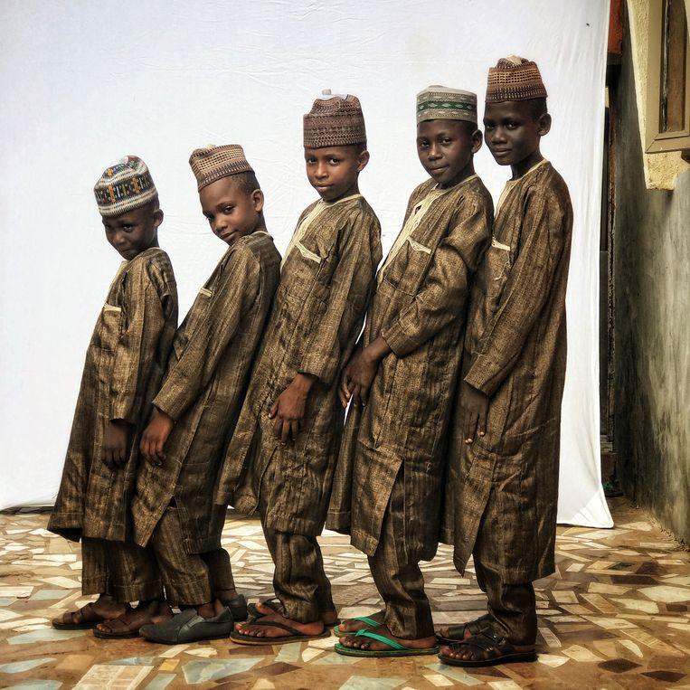 NIGERIA - 'Van links naar rechts: Aliyu, Usman, Abdul Basid, Umar en Muhammad. Ik ontmoette deze vijf broers toen ik naar hun huis ging om een familieportret te maken', schrijft fotograaf Chris de Bode over zijn treffen in Funtua, in het noorden van Nigeria, waar hij is voor een opdracht over kleinschalige landbouw. 'Ik kon mijn ogen niet geloven toen ik ze zag. Allen hetzelfde gekleed. Ik moest hen eerst fotograferen.' Beeld  Chris de Bode