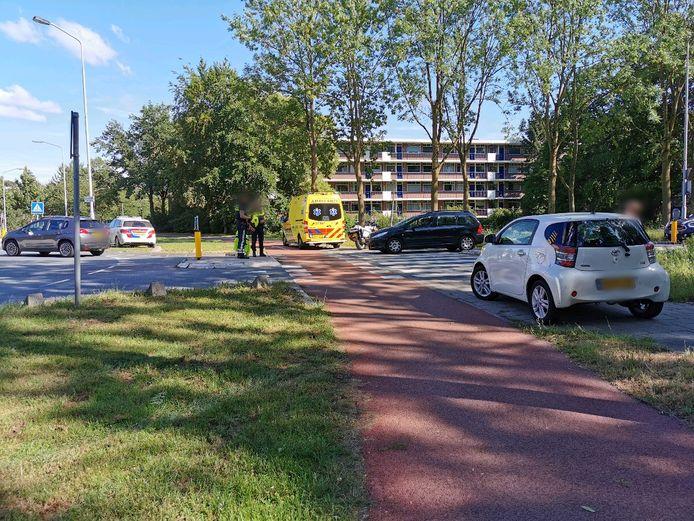 De gewonde fietsster kreeg eerste hulp in Wageningen.
