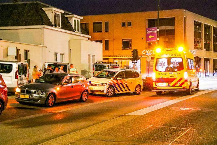Politie en ambulancepersoneel ontfermen zich over de bestuurder van de BMW die gisteravond werd aangereden.