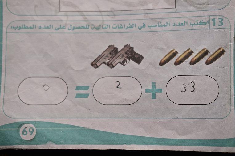 Een schoolboek van IS, gevonden bij de bevrijding van Mosoel.  Beeld ISOPIX