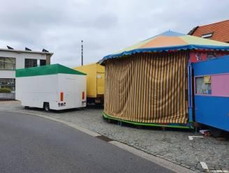 """Kermisattracties op Welleplein staan al klaar voor 'Grootste rommelmarkt': """"Enige animatie door corona, maar wel 14 drankstanden en twintigtal eetkraampjes"""""""