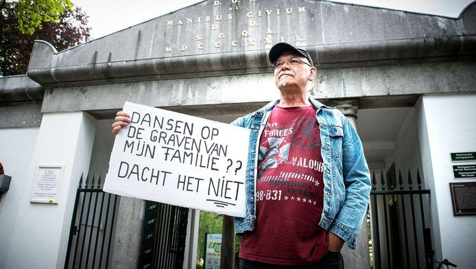 Protest bij de ingang van de begraafplaats in Alkmaar.