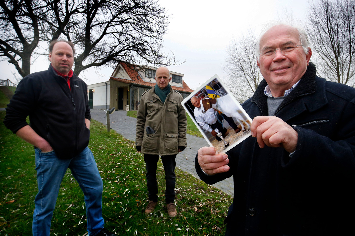 Buurman Jan de With (l.), slagersknecht Sjaak van Schaik en broer Ton Bos bij het huis van de in november overleden dierenliefhebber en oud-slager Chris Bos.