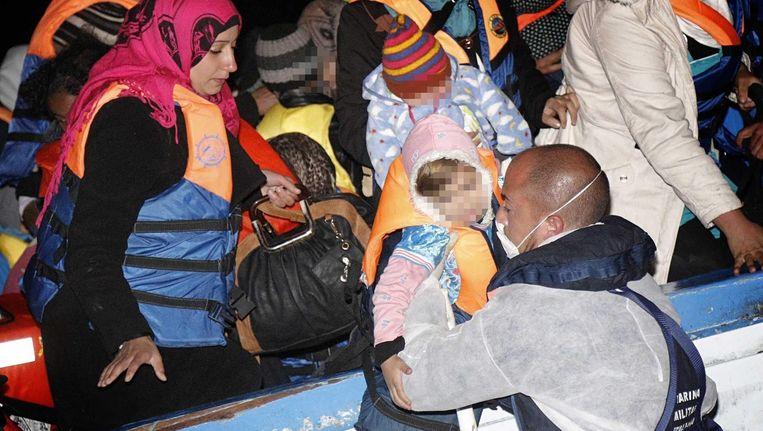 Vluchtelingen uit Libië worden van een boot geholpen. Beeld epa