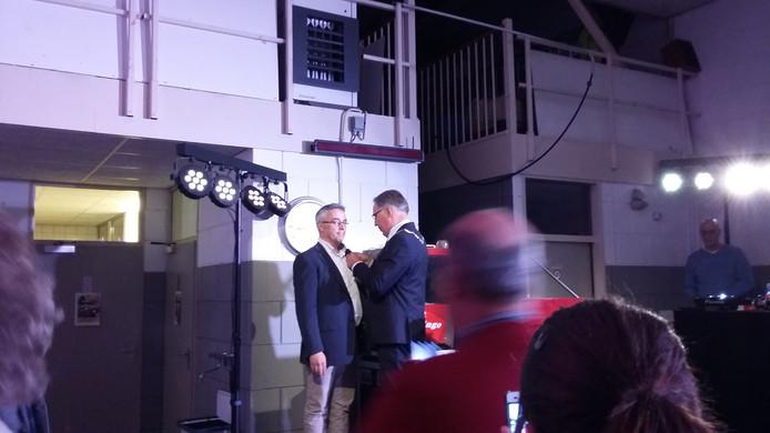 Brandweerman Martin van der Weele ontvangt zijn onderscheiding
