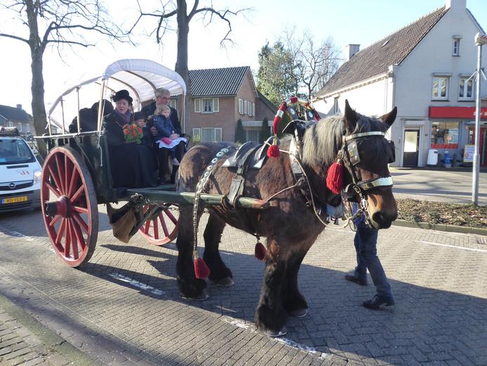 Wethouder Ed Mathijssen en zijn vrouw Dianne onderweg naar het oude raadhuis in Berlicum, waar ze tijdens de boerenbruiloft in de onecht verbonden worden.