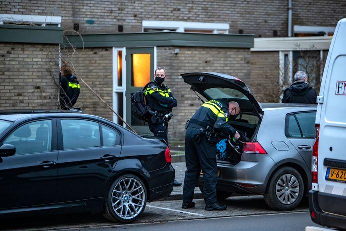 De politie doet op de dag na de ontploffing een huiszoeking aan de Breklenkamp in Deventer en arresteert hoofdverdachte Roberto R.