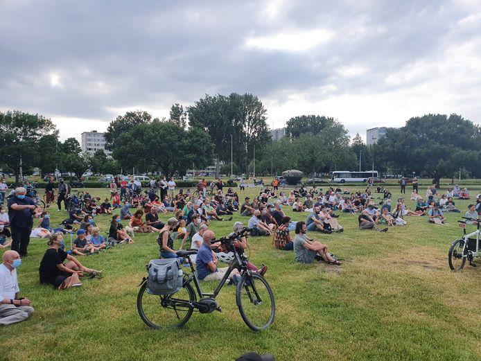 De PFOS-manifestatie bracht zo'n 400 bezorgde burgers op de been naar de Boeienweide op Linkeroever.