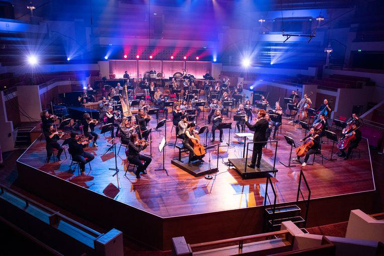Cellist Maya Fridman soleert bij het Noord Nederlands Orkest. Beeld Anna van Kooij