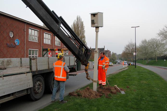 In 2017 werd aan Korte Parallelweg een flitspaal weggehaald. Ook zonder die paal gaan maandelijks nog duizenden automobilisten op de bon.