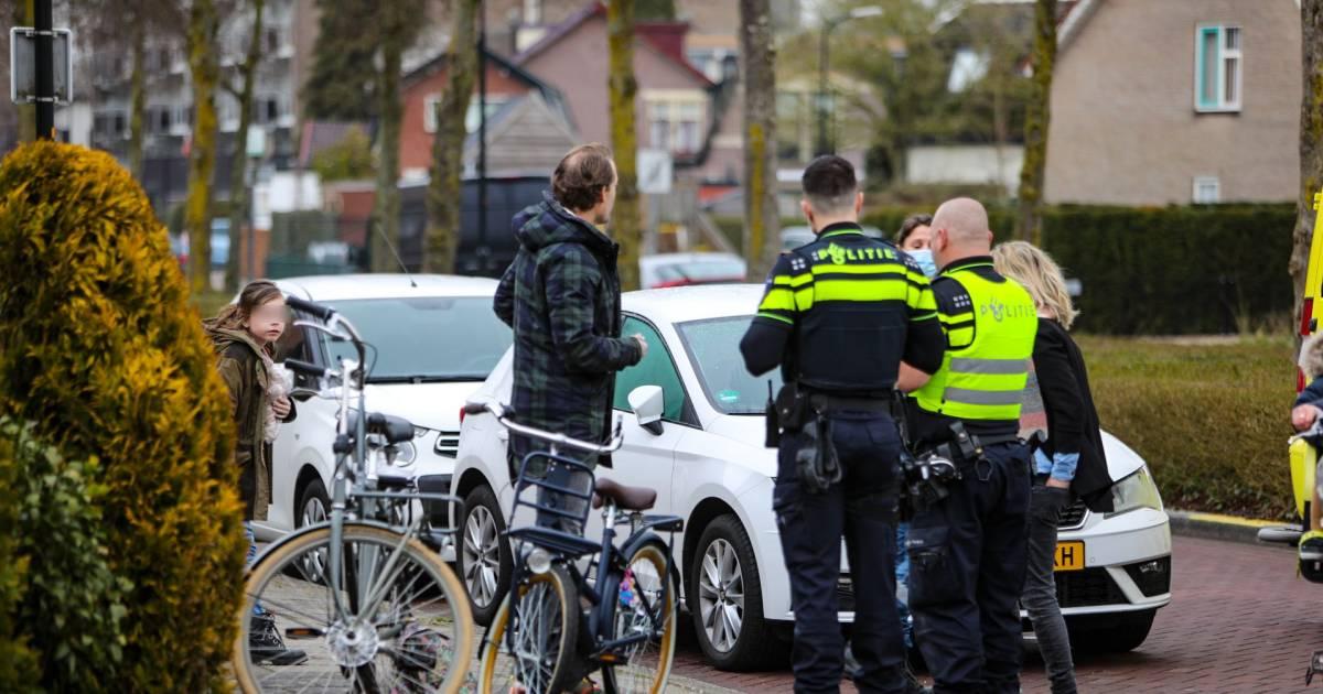 Meisje bekomt van de schrik met traumabeertje nadat zij op haar fiets is aangereden in Apeldoorn.