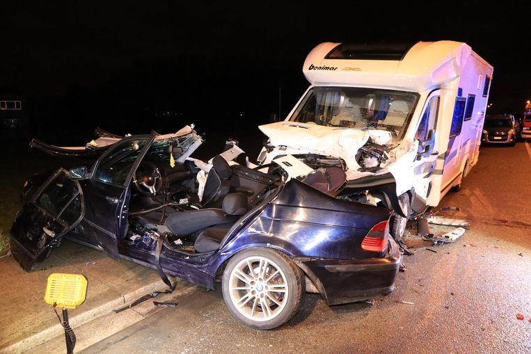 De BMW reed frontaal in op de mobilhome. De brandweer moest de inzittenden uit de wagen bevrijden.