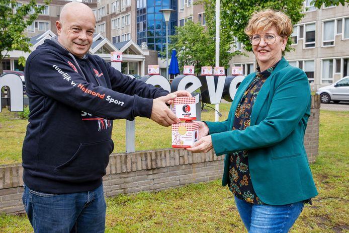 Enrico Vrolijk van de stichting Heel Helmond Support droeg de veelbesproken stroopwafels over aan Ellen Vermeulen van woonzorgcentrum De Pannehoeve.