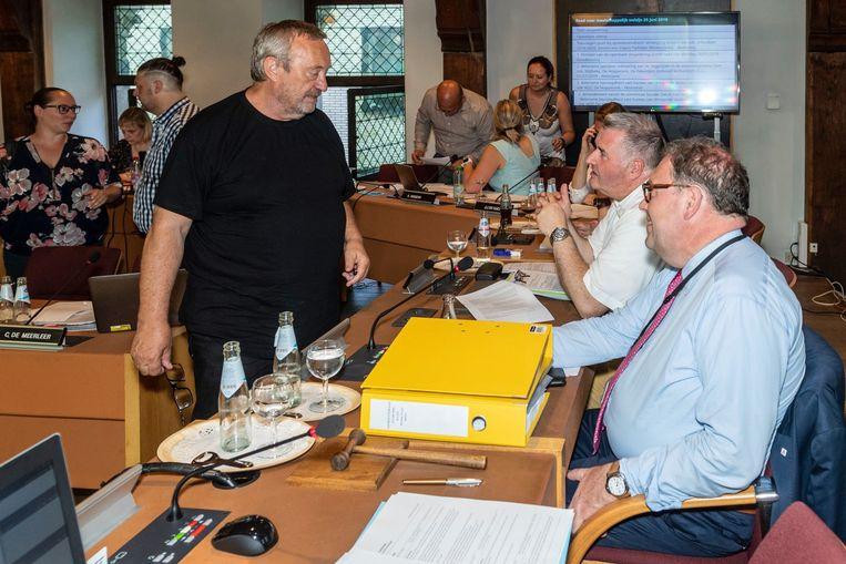 Michel Van Brempt (VB) in gesprek met burgemeester Christoph D'Haese (N-VA) en Karim Van Overmeire (N-VA).