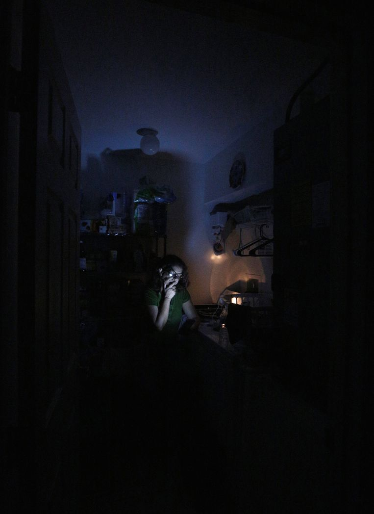 Ook in het donker blijft de Braziliaanse Cleyde Amorim het nieuws over de orkaan volgen. Beeld REUTERS