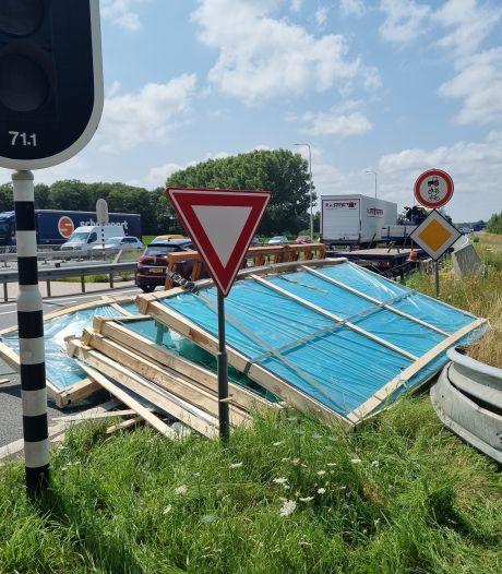 Platen glijden van vrachtwagen in bocht naar N18: één rijstrook dicht