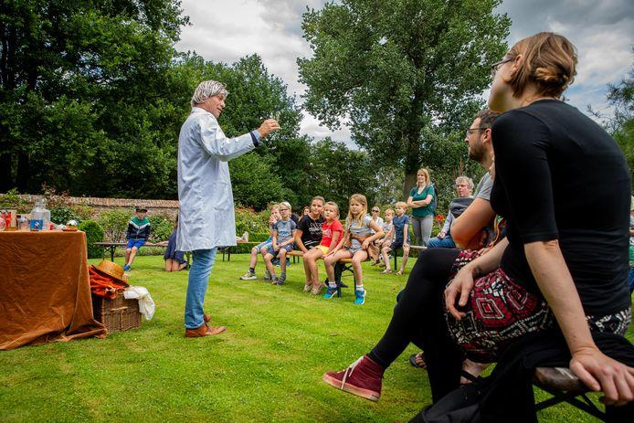 Drakenprofessor Leonardus dell Drach tijdens de cursus drakologie bij Kasteel Hernen.