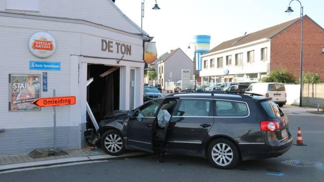 Bestuurster krijgt 45 dagen rijverbod nadat ze in dronken toestand tegen gevel van café rijdt