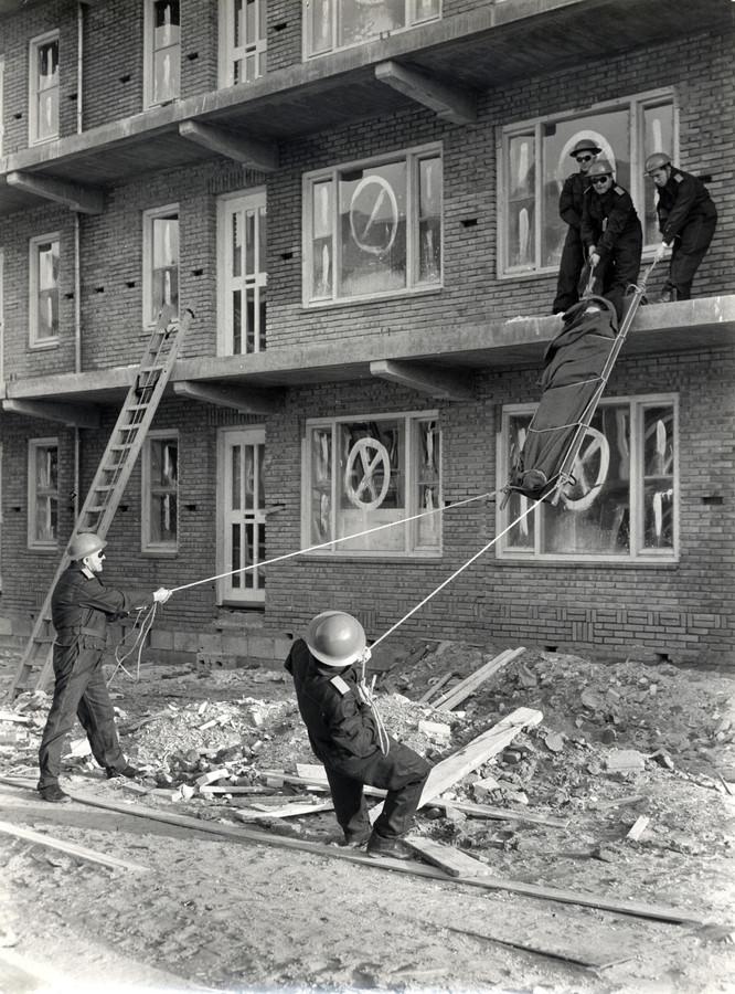 Bescherming Bevolking (BB) was een benaming voor een organisatie met 160.000 vrijwilligers die vooral tijdens de jaren van de Koude Oorlog heel belangrijk was. Deze foto is gemaakt tijdens een oefening van de Utrechtse Bescherming Bevolking: noodwachters 'redden' een gewonde uit een flat waar denkbeeldig zojuist een bom op is gevallen.  De BB bestond van 1952 tot juni 1986.