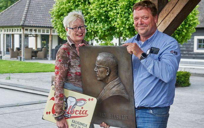 Marianne en Jan-Willem van Heeswijk uit Veghel met de plaquette van hun opa. (veevoerfabriek van Heeswijk)