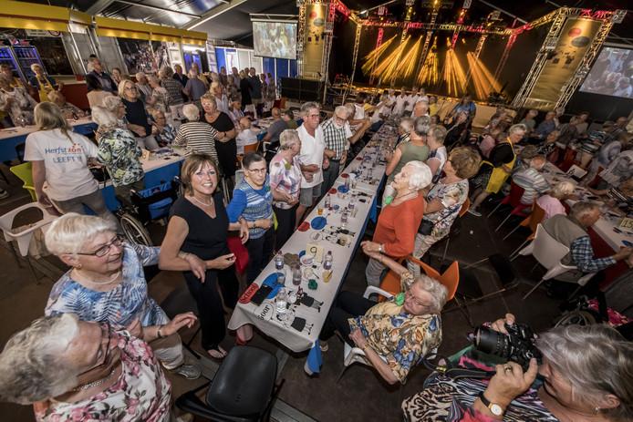Inhaken en meezingen tijdens de seniorenmiddag van het Schoolfeest in Goor in 2018.