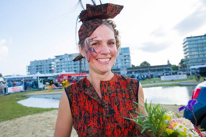 Winnares Ilse Van Der Strieckt met haar unieke creatie.