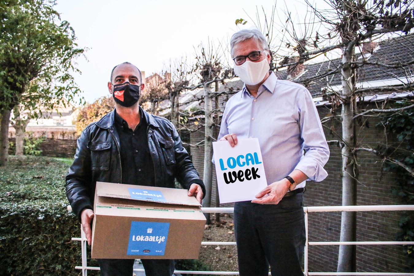 Benny Thonon van Unizo Tongeren (links) en schepen van Economie Marc Hoogmartens (rechts) pakken uit met de 'Local Week', een lokaal alternatief voor 'Black Firday' en aanverwanten.